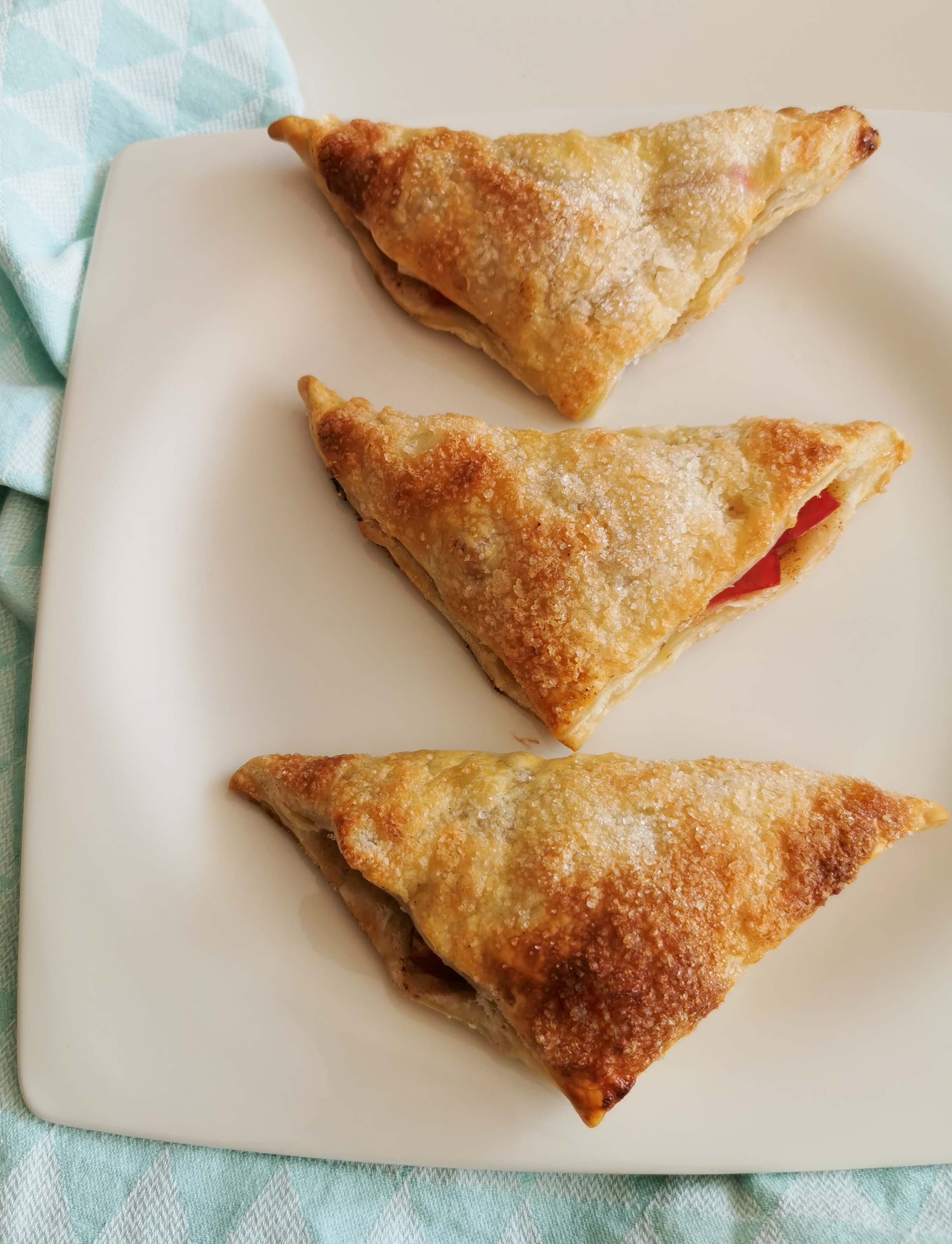 3 gebakken appel-cranberryflappen op een bord