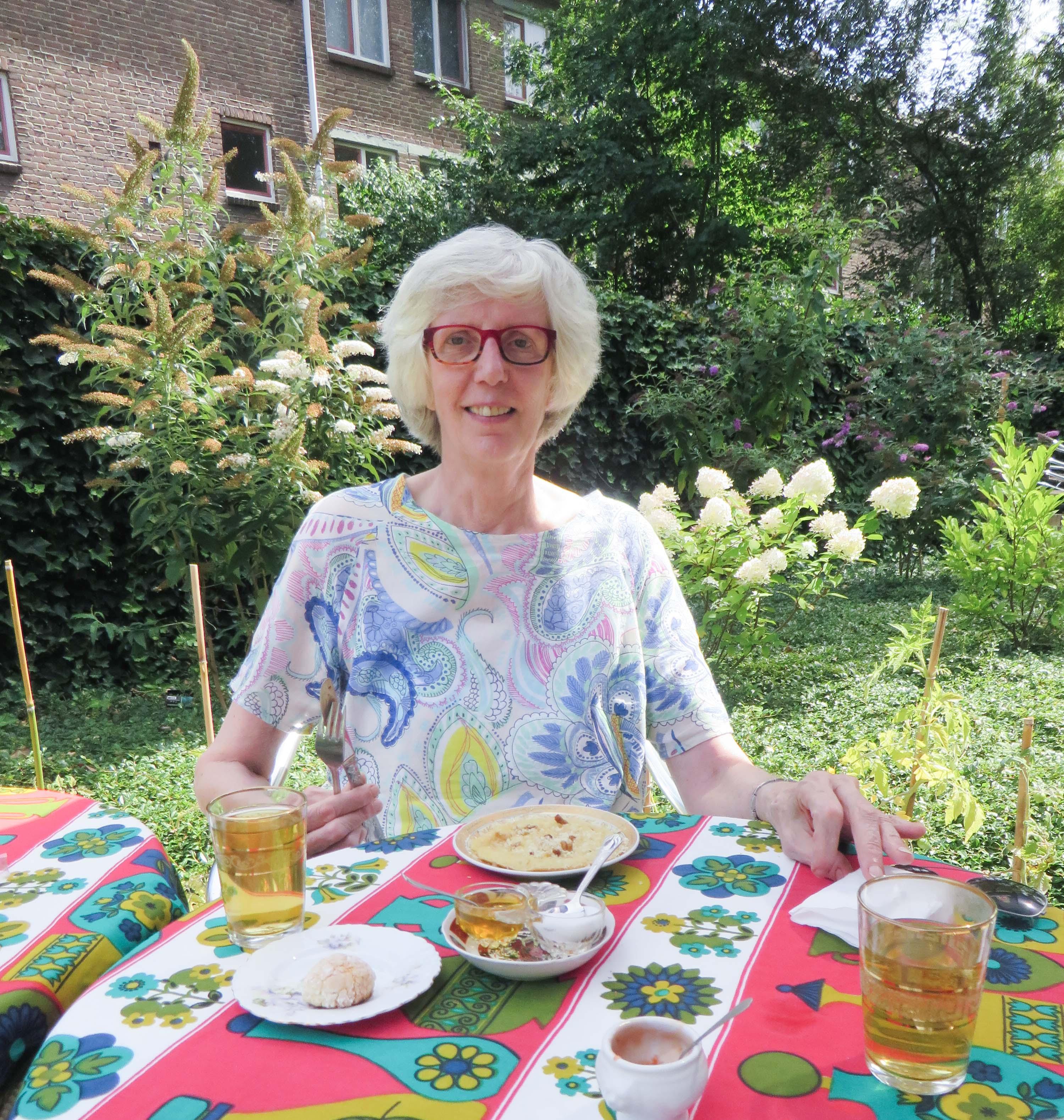 mam in de tuin met Marokkaanse hapjes
