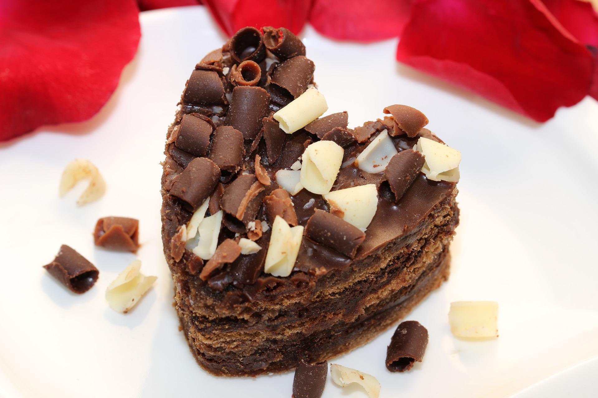 biscuittaart met chocolademousse en chocolade krullen