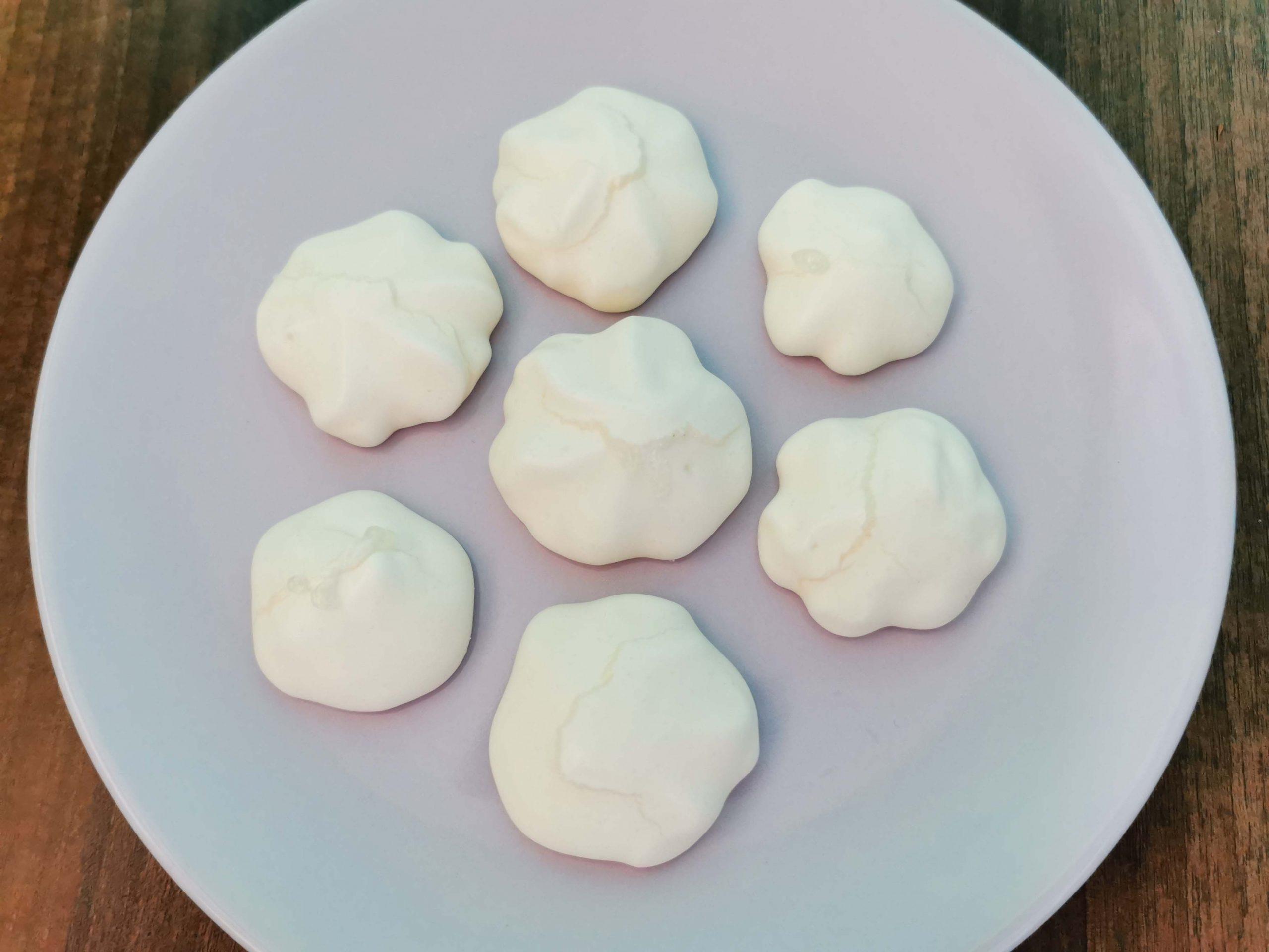 meringues op een bordje