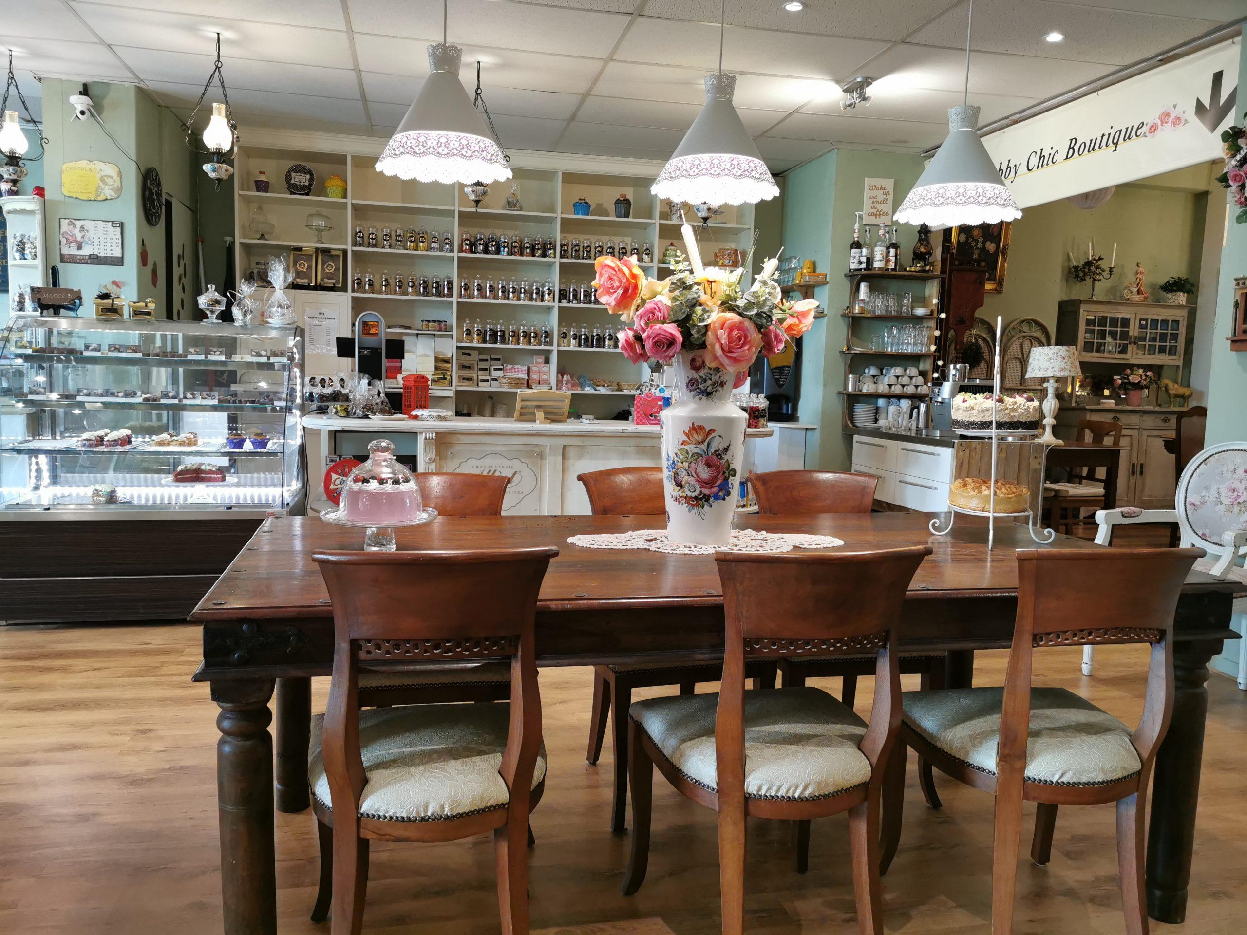 gezellige inrichting van Di's Sweets and Chocolates en de toonbank met bonbons. snoep en thee