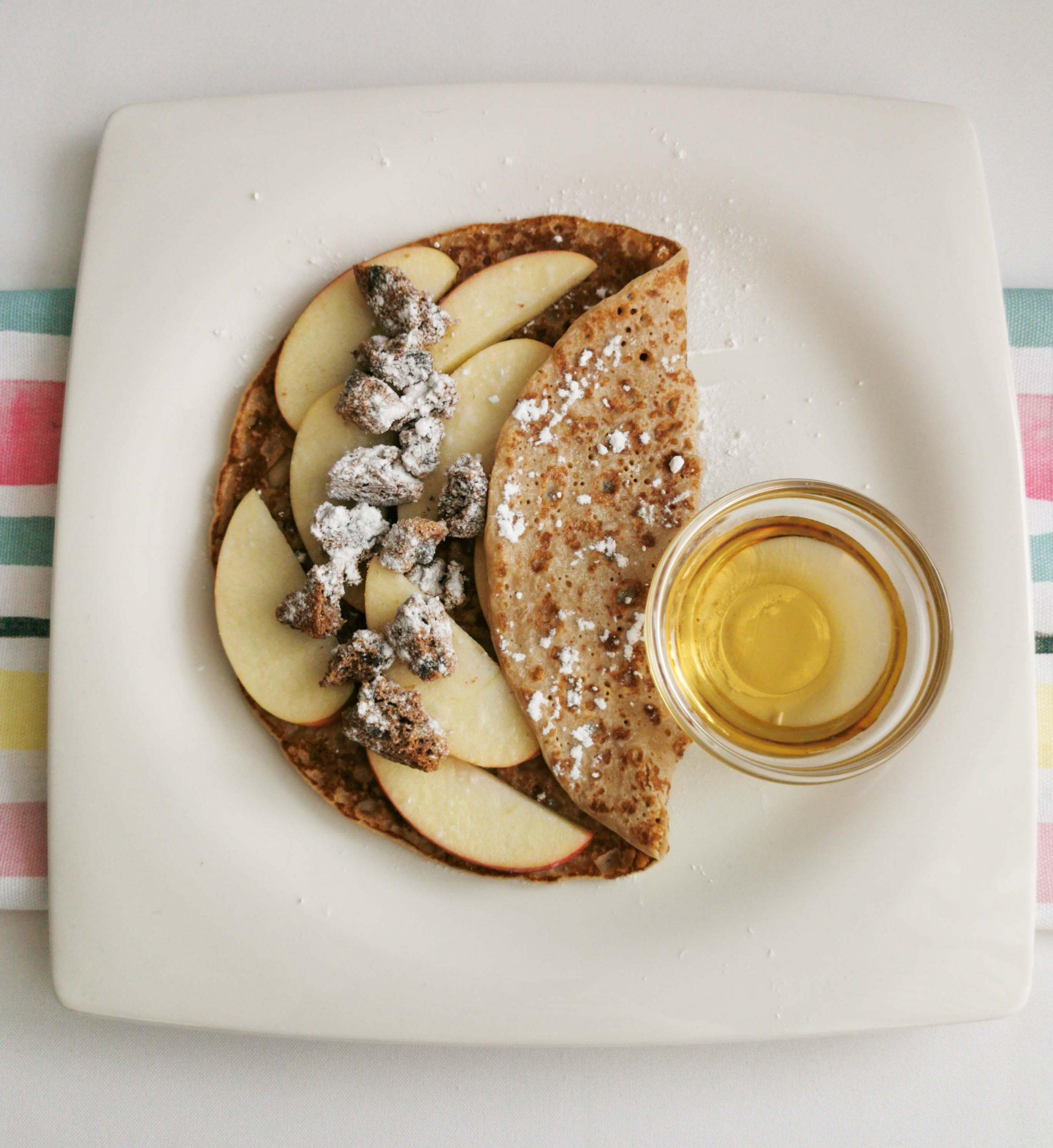 pannenkoek met appel, koekjes en hazelnootsaus