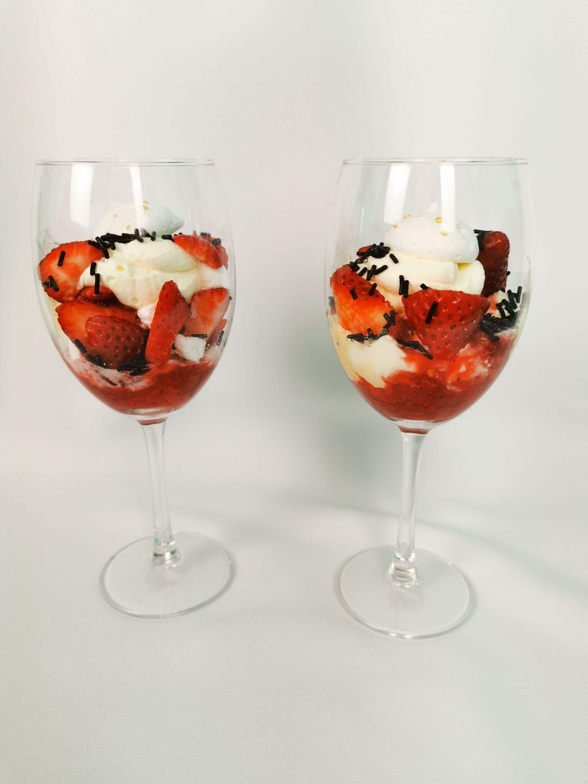 eton mess met aardbeien, ijs en meringue