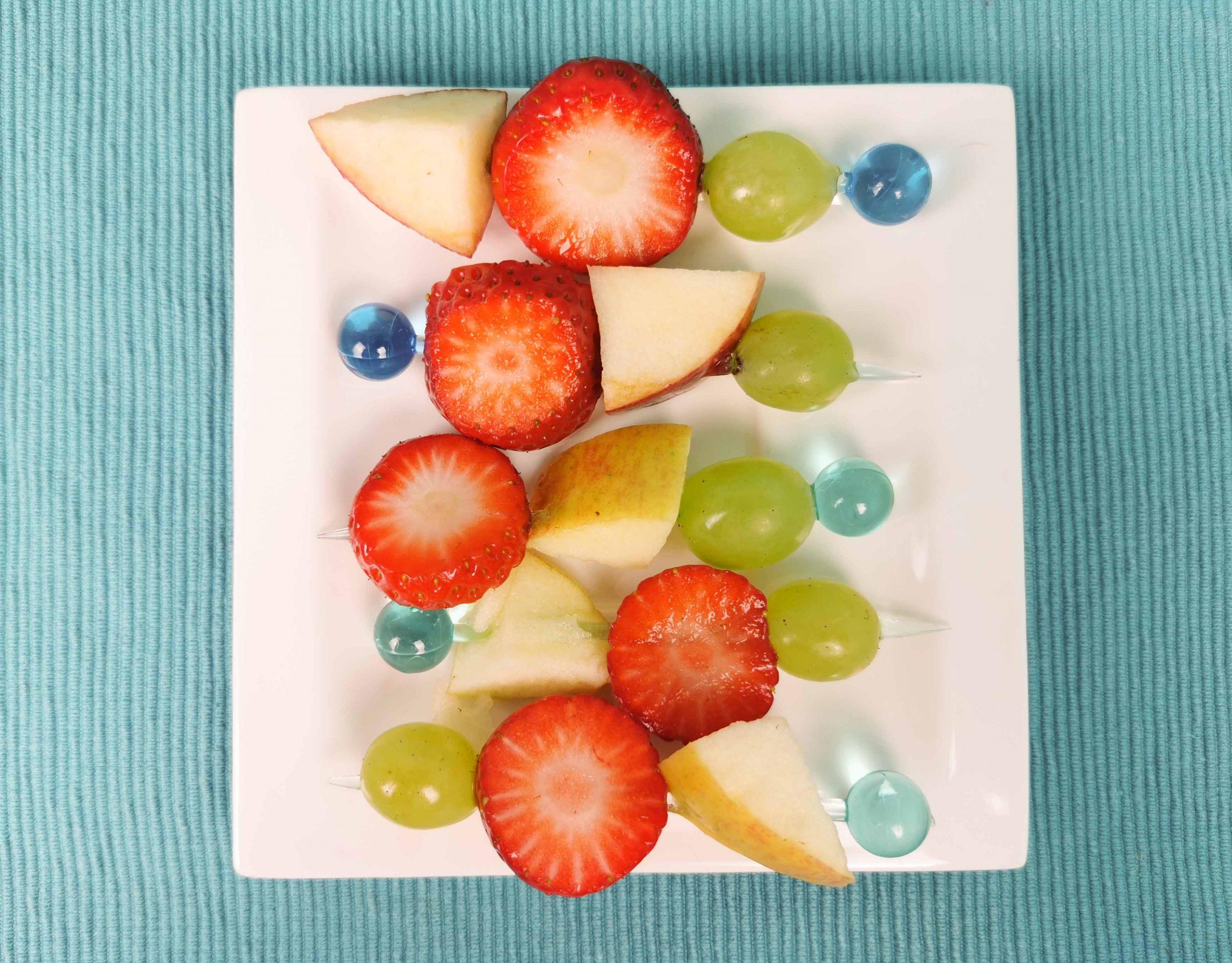 fruitspiesje op een bordje