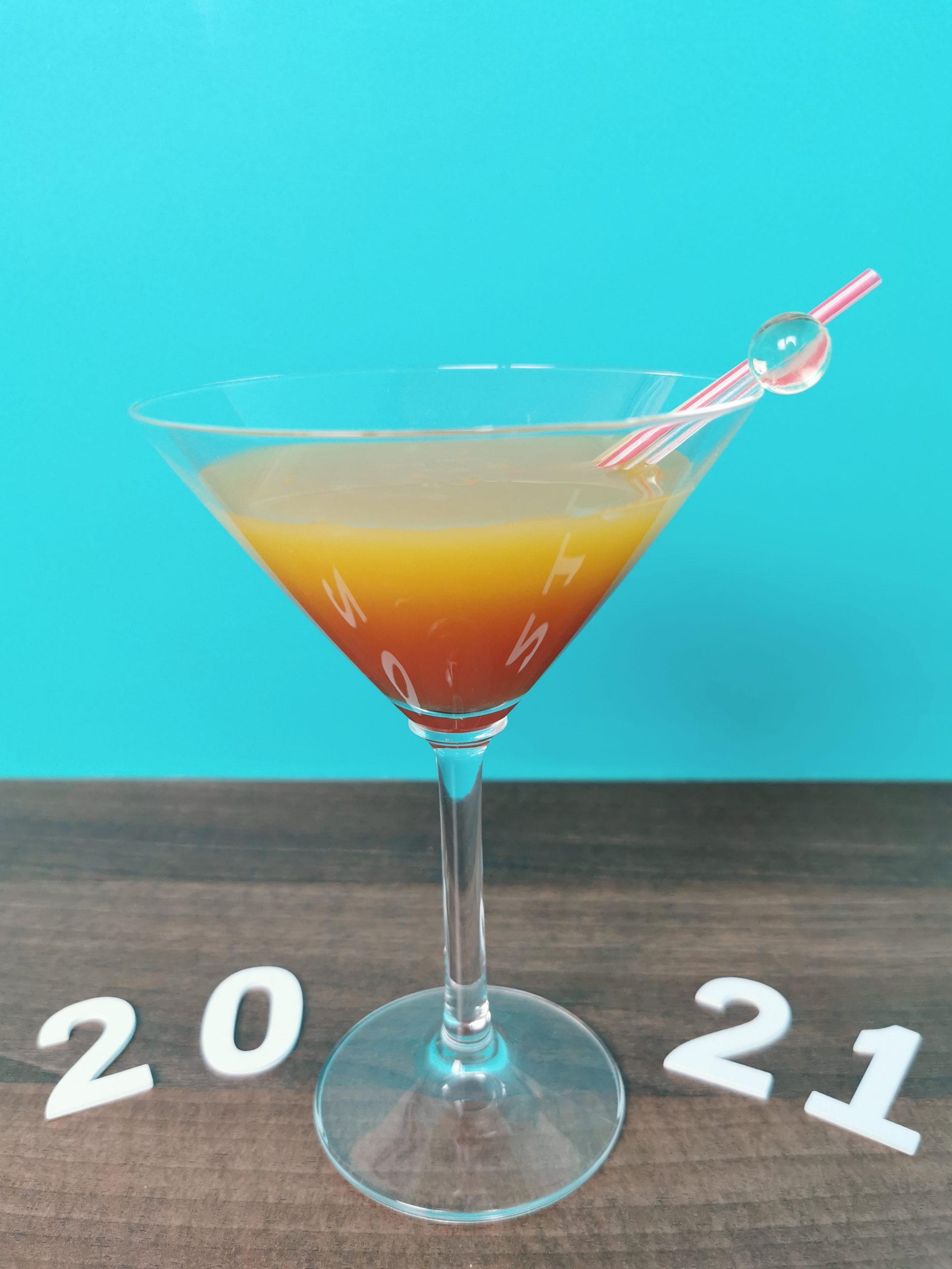 cocktail met 2021 op de achterhgrond