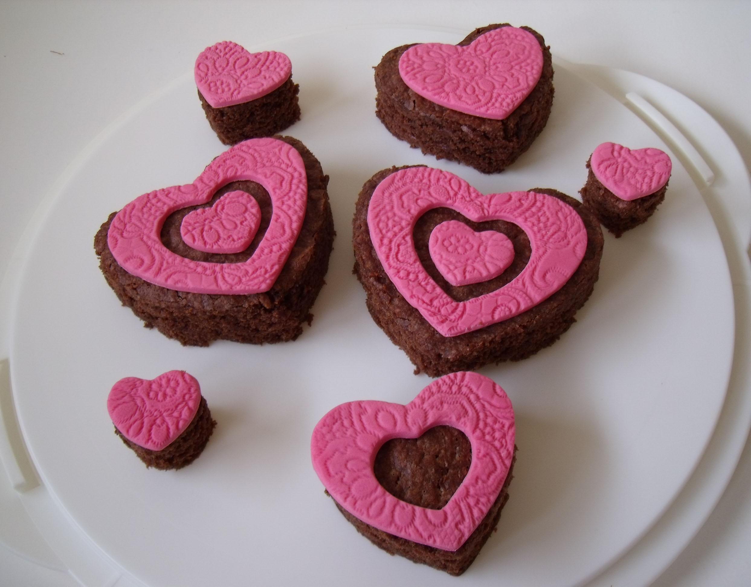schaal met browniehartjes met roze fondant