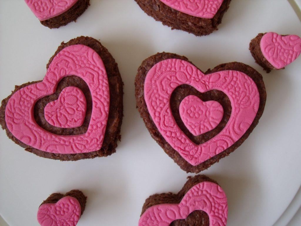 brownies met roze fondant op een schaal