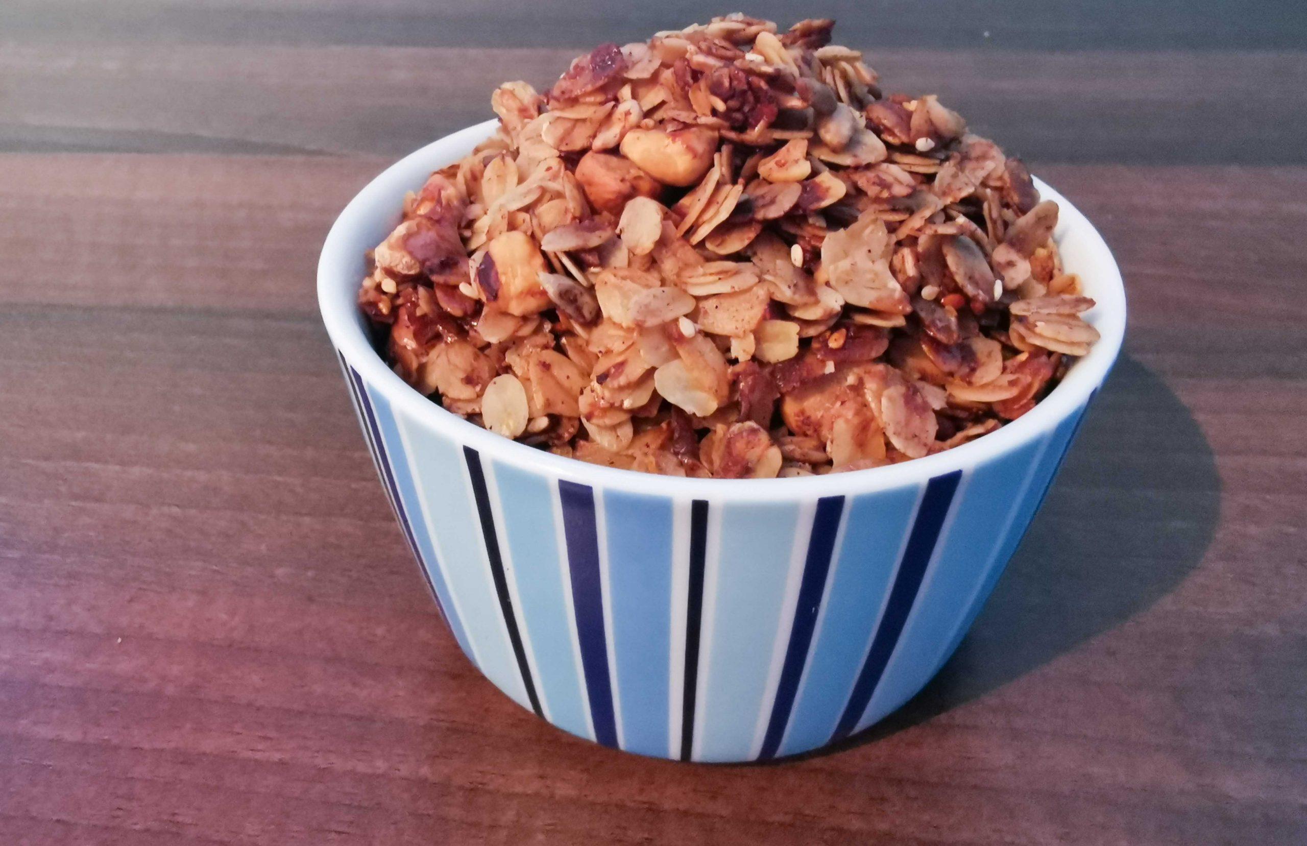 gebakken granola in een blauw kommetje