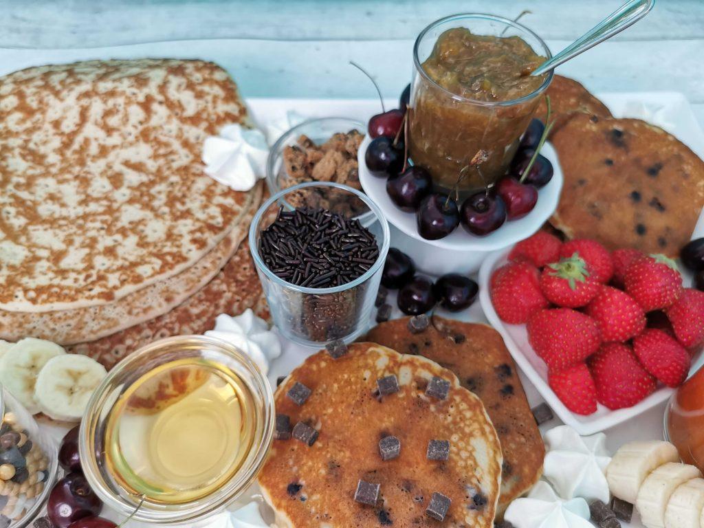 pannenkoeken op een schaal met allerlei lekkere toppings