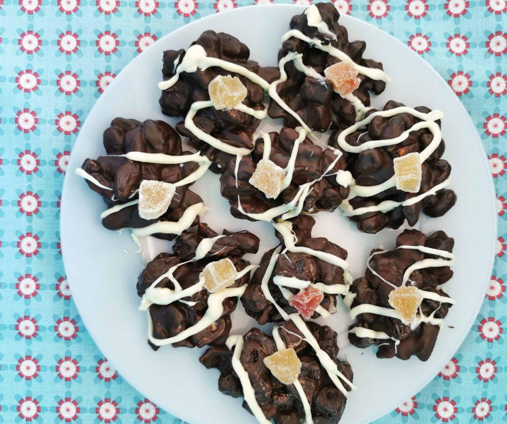 bord met rotsjes van chocola, noten en gedroogd fruit