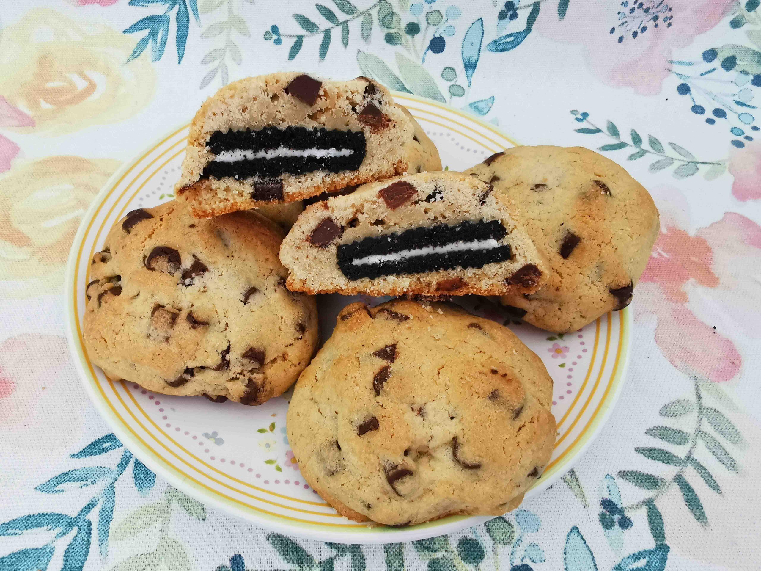 chocolate chip cookies op een bordje, 1 koekje is doorgesneden zodat je het oreo koekje goed kunt zien