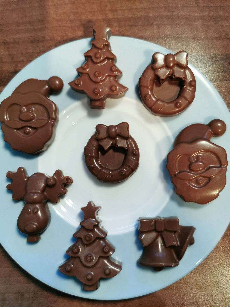 kerstchocolaatjes op een bordje