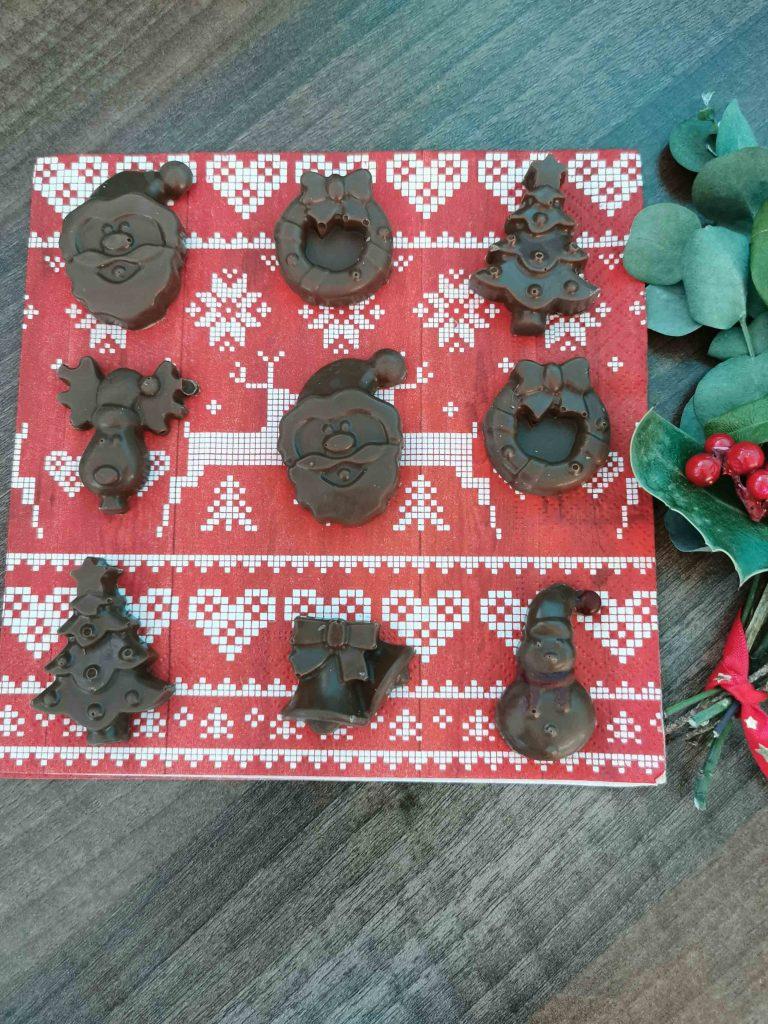 kerstchocolaatjes op een kerstservet