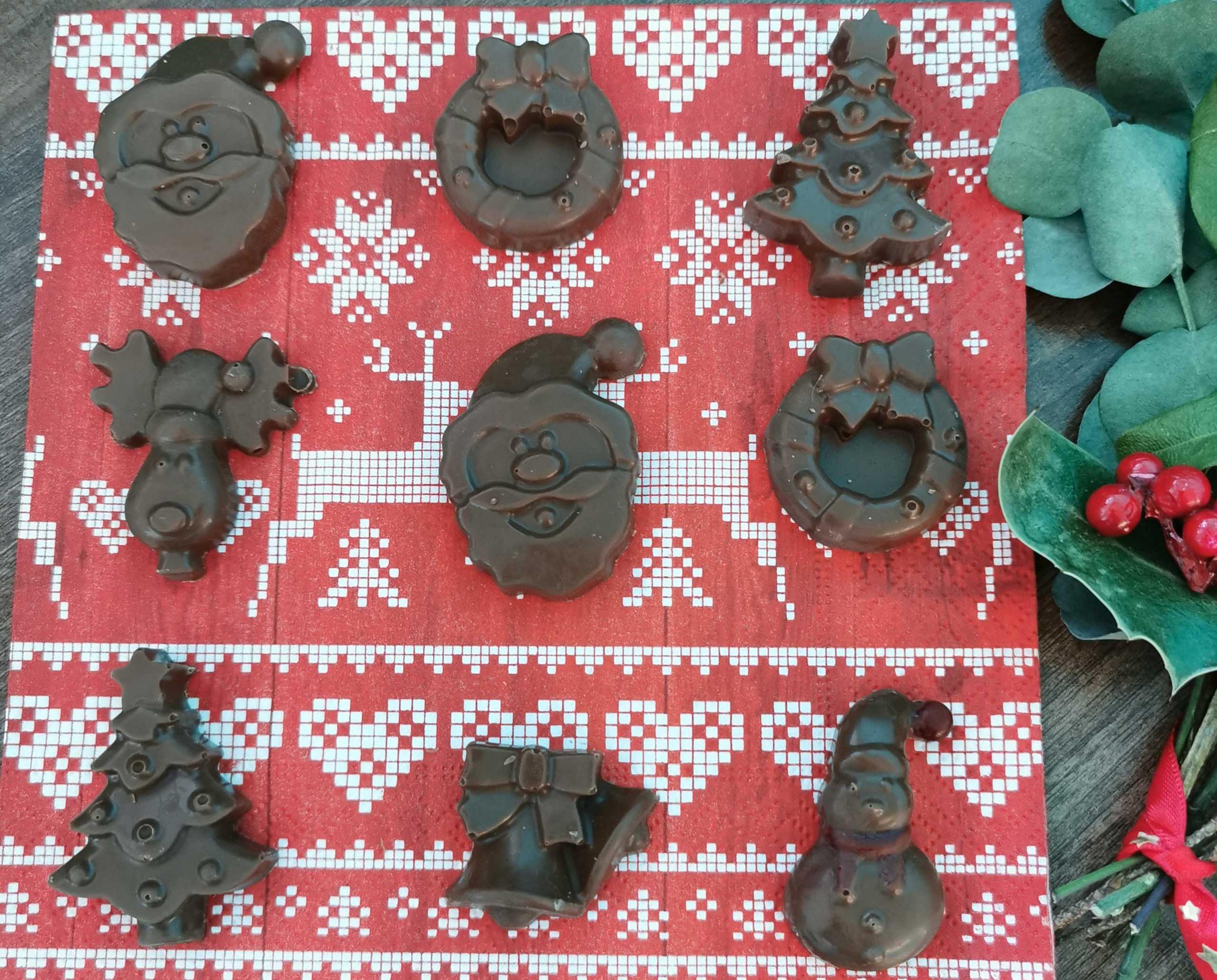 9 kerstchcolaatjes zoalas een kerstman en een kerstboom