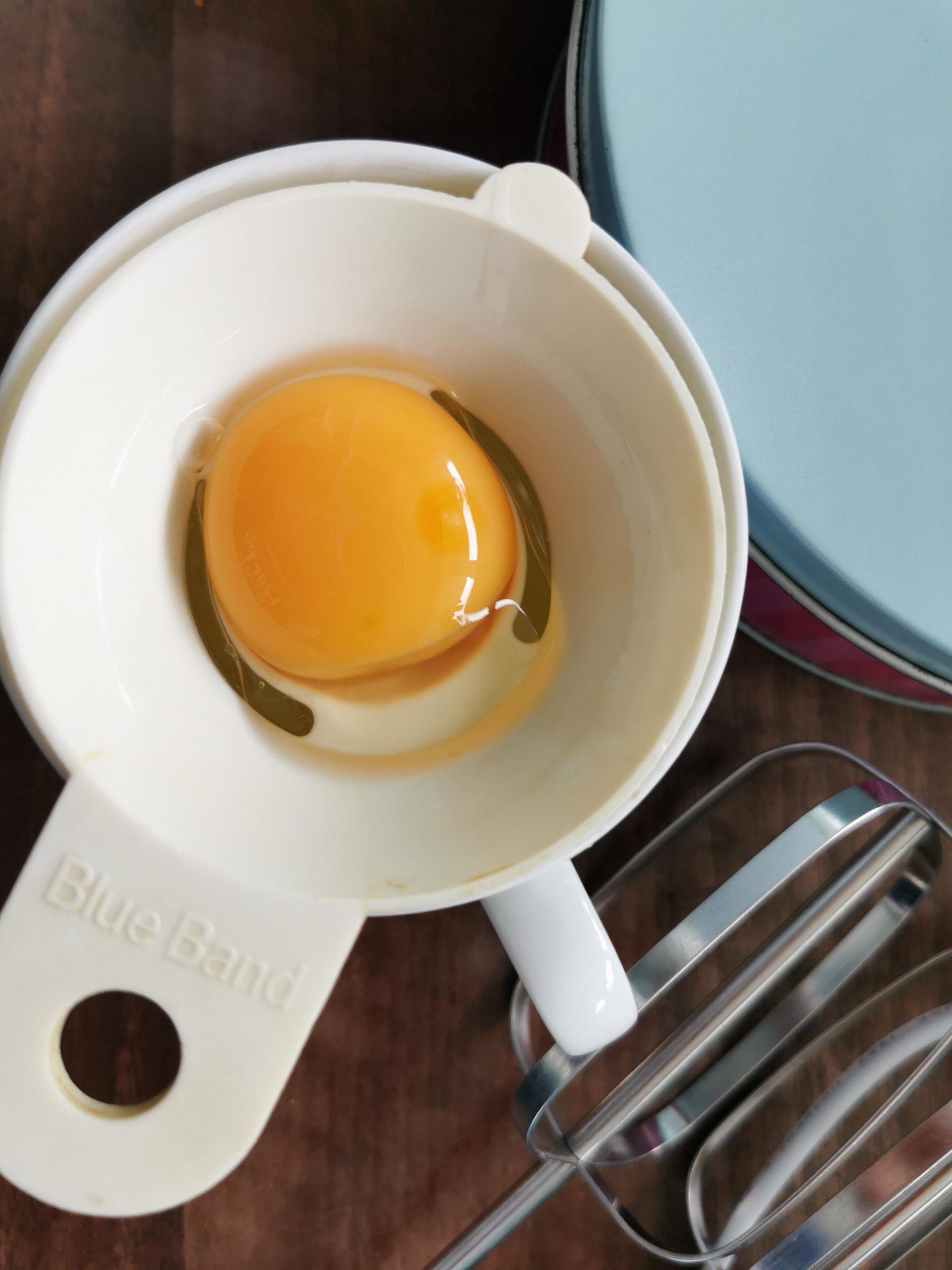 eierscheider met geplitst ei