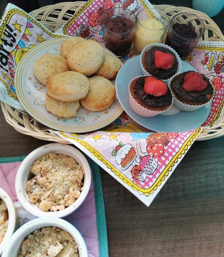 mini high tea, met cupcakes, scones en appelcrumble