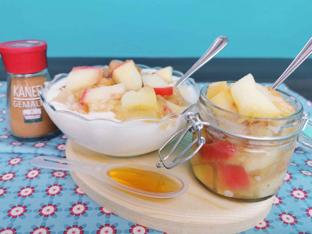 kommetje yoghurt met een bakje compote