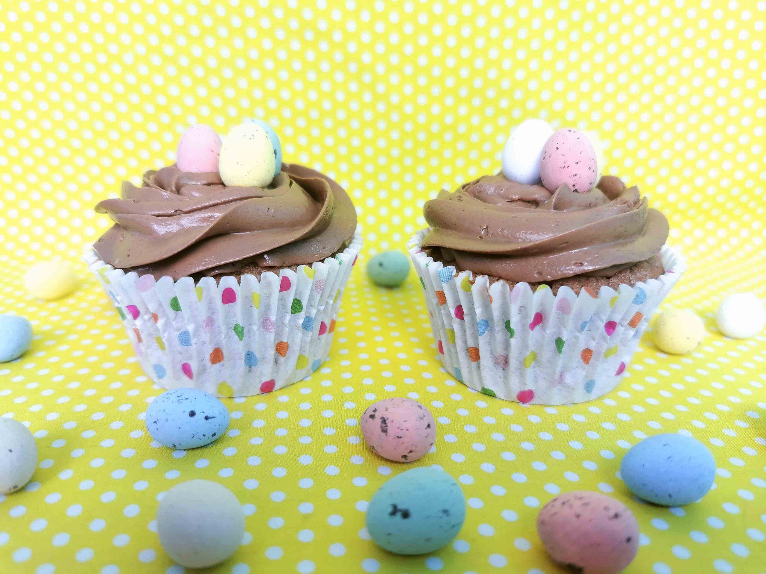 paascupcakes met paaseitjes in een nestje