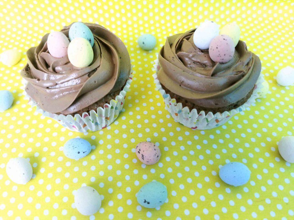 paascupcakes met een nestje van chocola en paaseitjes