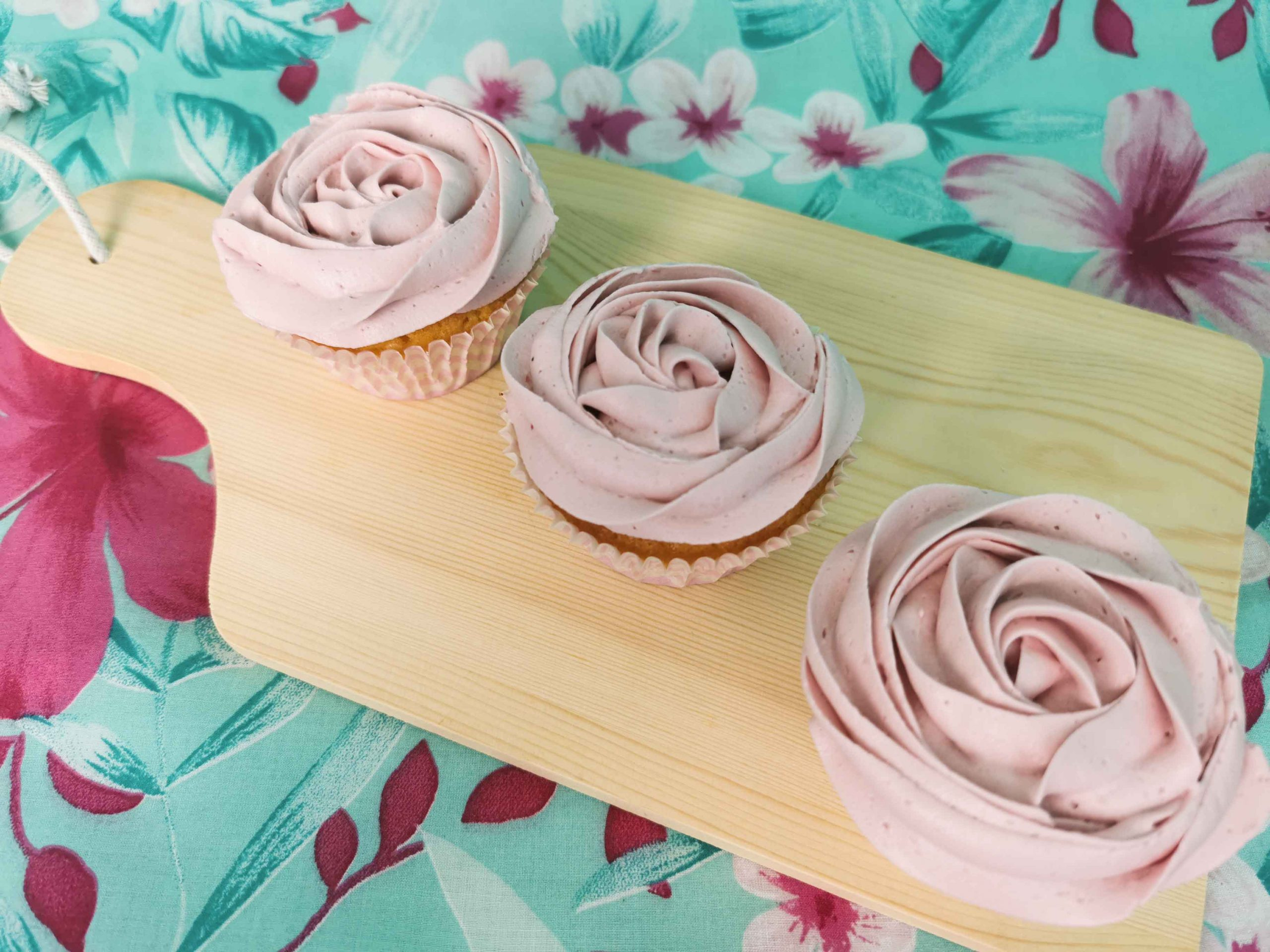 3 cupcakes op een houten plank