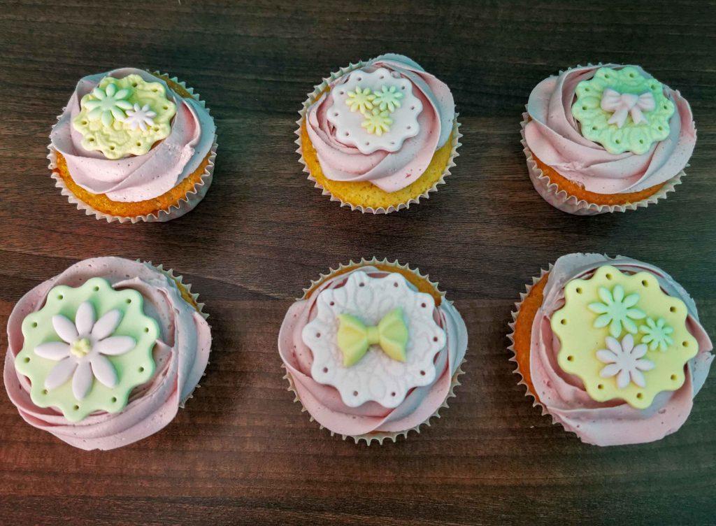 6 frambozencupcakes met fondantdecoratie